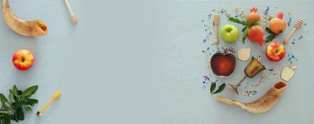 Rosh Hashanah (fête du Nouvel An juif) concept. symboles traditionnels Banque d'images - 83422522