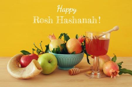 Concept de Rosh hashanah (vacances du Nouvel An juif). Symboles traditionnels. Banque d'images - 83836498