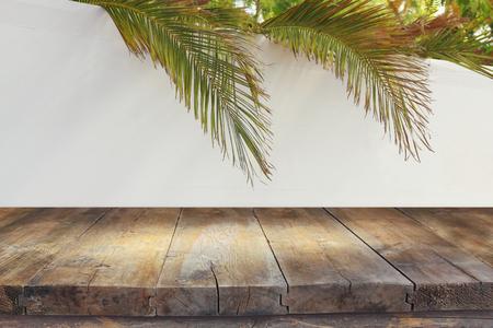 Sukkot의 유태인 축제. 전통적인 succah (오두막). 제품 전시 및 프레 젠 테이 션에 대 한 빈 나무 오래 된 테이블.