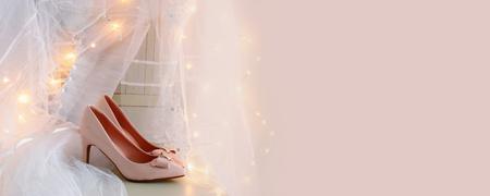 美しい白いウェディング ドレスとベール ゴールドのガーランド ライトと椅子の上。