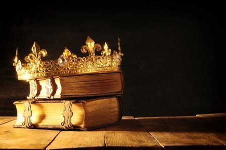 Baja imagen clave de hermosa reina / rey de la corona en los libros antiguos. vintage filtrada. período medieval de la fantasía Foto de archivo - 85047460