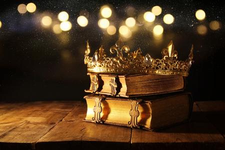 Low Key Bild der schönen Königin / König Krone auf alte Bücher. Jahrgang gefiltert. Fantasy mittelalterliche Periode Standard-Bild