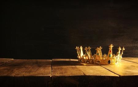 Image basse clé de la belle couronne reine / roi sur une table en bois. Vintage filtré. fantastique période médiévale Banque d'images - 85093814