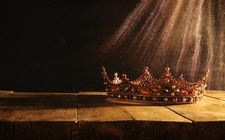 Image basse clé de la belle couronne reine / roi sur une table en bois. Vintage filtré. fantastique période médiévale Banque d'images - 85093823