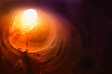 Immagine astratta e surreale della grotta con luce. rivelazione e aprire la porta, concetto di storia della Sacra Bibbia.