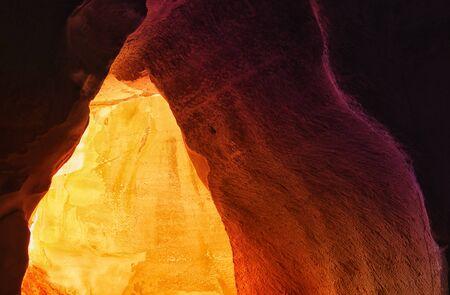 Mythes et mythologies de comptoir. - Page 2 86816520-immagine-della-bella-luce-dorata-attraverso-l-ingresso-della-grotta-
