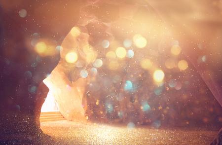 빛으로 동굴의 추상적이 고 초현실적 인 이미지. 계시와 문을 열고, 성경 이야기 개념