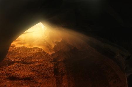 光で洞窟の抽象的でシュールなイメージ。啓示と聖書物語のコンセプト、ドアを開く。 写真素材