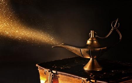 Bild der magischen Geistlampe mit Goldfunkelnrauch. Lampe der Wünsche.
