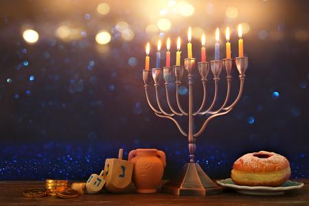 Bild von jüdischen Feiertag Chanukka Hintergrund mit traditionellen spinnig Top, Menora (traditionelle Kandelaber) und brennende Kerzen