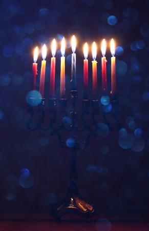 Zurückhaltendes Bild des jüdischen Feiertags Hanukkah-Hintergrund mit menorah (traditioneller Kandelaber) und brennende Kerzen