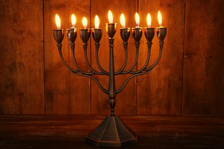 Bild des jüdischen Feiertags Chanukka-Hintergrund mit Menorah (traditioneller Kandelaber) und brennenden Kerzen