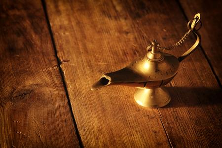 Imagen de la lámpara mágica de aladino. Lámpara de deseos Foto de archivo