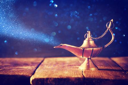 Obraz magicznej lampy aladynowej z brokatem dymu. Lampa życzeń