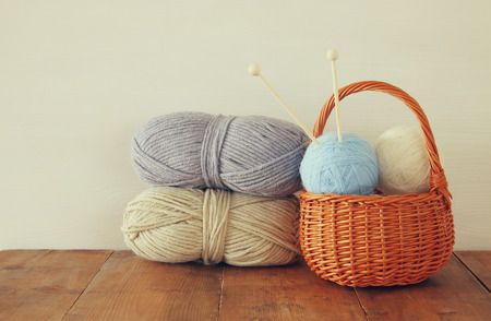 tejido de lana: bolas de lana cálido y acogedor de lana en la mesa de madera