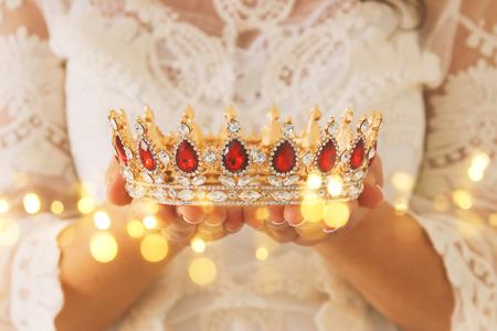 wizerunek pięknej pani w białej koronkowej sukni trzymającej diamentową koronę. fantasy średniowieczny okres