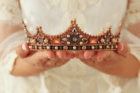Image de la belle dame avec une robe en dentelle blanche tenant la couronne de diamants. période médiévale fantastique Banque d'images - 92264625