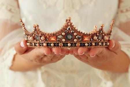 Imagen de bella dama con vestido de encaje blanco con corona de diamantes. período medieval de fantasía Foto de archivo