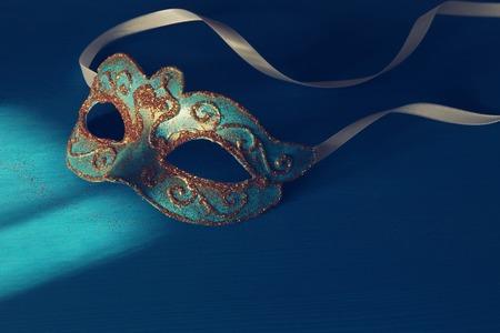 Immagini Stock - Immagine Di Elegante Blu E Oro Veneziano, Maschera Di  Martedì Grasso Su Sfondo Blu. Image 92931442.