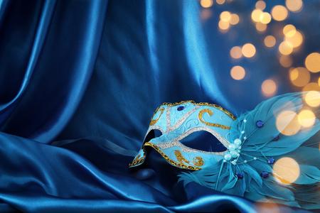 푸른 실크 배경 위에 우아한 베네 치안 마스크의 이미지 스톡 콘텐츠