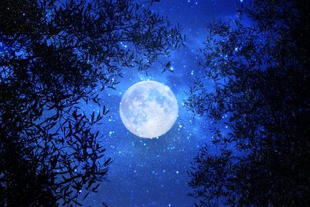 Surreal fantasieconcept - de volle maan met sterren schittert op de achtergrond van de nachthemel Stockfoto
