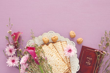 Pesah celebration concept (jewish Passover holiday). Traditional book with text in hebrew: Passover Haggadah (Passover Tale) 스톡 콘텐츠