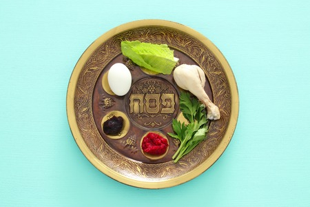 Pesah celebration concept (jewish Passover holiday). Traditional pesah plate with five symbols: horseradish, celery, egg, bone, maror, charoset Stockfoto