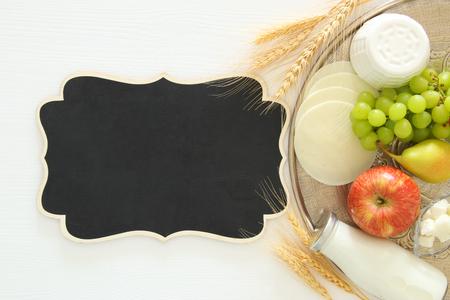 乳制品和果子的顶视图图象在木背景。犹太假日的象征 - 肖弗