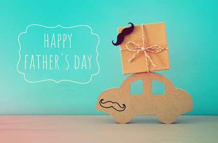 Image of wooden car with gift box on the roof, present for dad. Father's day concept Stockfoto