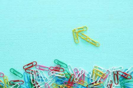 imagen conceptual de la creatividad o pensar fuera de la caja. clips formando una flecha, trabajo en equipo y mentalidad diferente