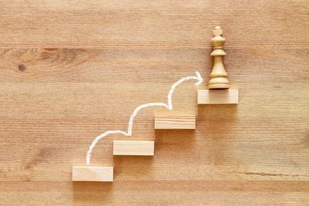 imagen conceptual de escalar a la cima, progresar y ganar