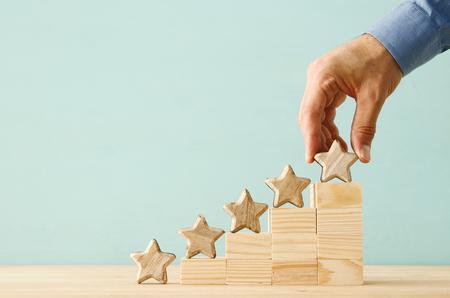 Konzeptbild der Festlegung eines Fünf-Sterne-Ziels. Bewertung oder Ranking, Bewertung und Klassifizierung Idee erhöhen Standard-Bild - 105228376