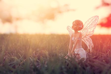 夕暮れ時の森の中の魔法の小さな妖精のイメージ 写真素材 - 106517708