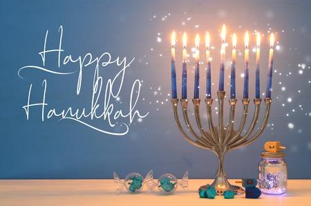 Bild des jüdischen Feiertags Chanukka-Hintergrundes mit menorah (traditioneller Kandelaber) und Kerzen