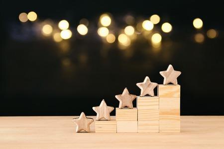 Imagen conceptual de establecer una meta de cinco estrellas. Aumentar la idea de calificación o clasificación, evaluación y clasificación