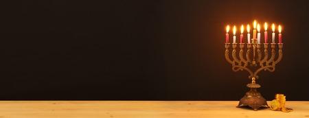 Bild des jüdischen Feiertags Chanukka-Hintergrund mit Menora (traditioneller Kandelaber) und Kerzen Standard-Bild