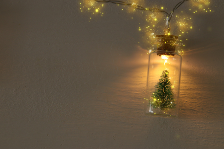 Close up image of Christmas tree in the masson jar garland light 版權商用圖片