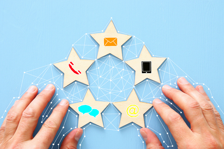 5つ星のカスタマーサービス評価を設定するコンセプト。ビジネスアイデアにお問い合わせ