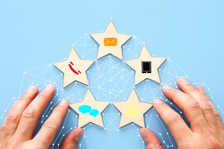 Concepto de establecimiento de una calificación de servicio al cliente de cinco estrellas. Contáctenos idea de negocio
