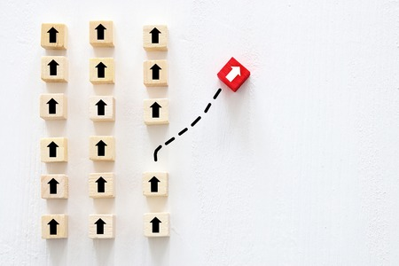 Concepto de pensar diferente, innovación y creatividad. Cubo rojo cambiando de dirección de los demás