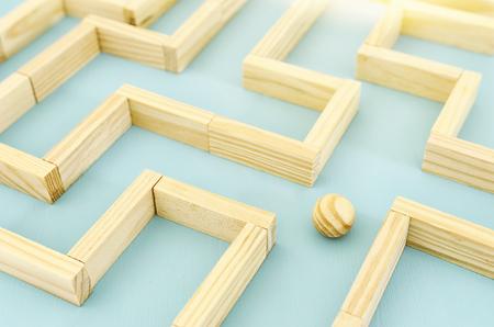 Konzeptfoto, in einem Labyrinth zu stehen und nach dem besten Weg oder der besten Lösung zu suchen Standard-Bild