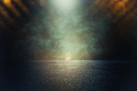 Spotlight über Betonboden. Dunkelschwarzer Hintergrund