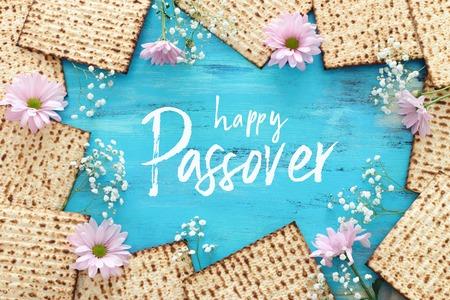 Pesah-Feierkonzept (jüdischer Pessach-Feiertag). Ansicht von oben, flach Standard-Bild