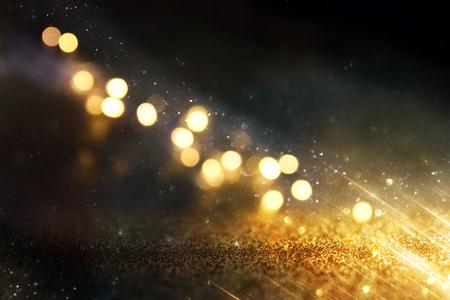 Fond de lumières vintage de paillettes. Noir et or. Défocalisé.