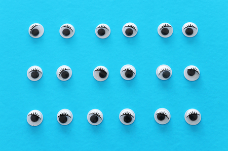 Many googly eyes over blue background Banque d'images - 121966778