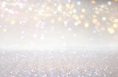 Glitter argento e luci dorate sullo sfondo. De-focalizzato