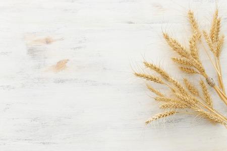 Vista dall'alto delle colture di grano su fondo di legno bianco. Simboli della festa ebraica - Shavuot