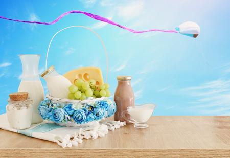 木桌上的乳制品照片。犹太假日的象征 - 肖弗
