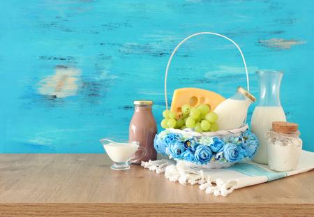 Photo de produits laitiers sur table en bois. Symboles de la fête juive - Chavouot