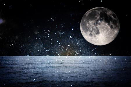Concept fantastique surréaliste - pleine lune avec des étoiles et pleine lune dans la nuit, concept fantastique